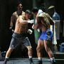 Gennady Golovkin profi bokszoló a homokzsákot püföli a Broadway színpadán a Rocky musicalben