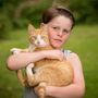 Ha ezek után félti a macskáját, vegyen példát a kilenc éves Brandon Allenről, aki óvó mozdulattal jelzi: nem hagyja, hogy megfélemlítse egy madármániás.
