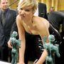 2014. január: a Screen Actors Guild Awards gáláján nagyon nem akar aláírni valamit.