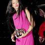 Íme tehát Rihanna a magentafukszia-akármilyen színű ruhájában