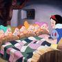 igen, hét törpe van az ágyánál.