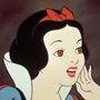 Ő már az 1937-es kiadás. Hosszú szempillák, piros ajkak, és basszus, vérvörös szem! Közel sem ártatlan.