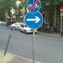 Ami nem látszik jól a kanyar és a becsatlakozó bicikliút íve miatt az a behajtani tilos tábla, az ember hirtelen nem is tudja, hogy hova haladjon kötelezően jobbra