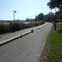 Helsinki totálisan kerékpárosbarát, bár akkora bringástömegek még nincsenek, mint Koppenhágában vagy Amszterdamban. A Töölönlahti nevű tó körül vezet ez a közös gyalog- és kerékpárút, itt viszont potom felfestés helyett markáns padka választja el őket.