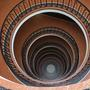 Nem is gondolnánk miket nem találni az Astoria kellős közepén. Pont a sarkon, a Rákóczi út 4-ben ilyen lépcsőkön vezet fel az út. Szinte beleszédül az ember a látványba, ahogy kőröznek a korlátok.