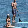 Az ismeretlen bikinis nő a partnere.