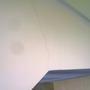 A két folt a kamera hibája, viszont a repedés a frissen átadott lépcsőé