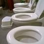 Egészen apró vécék egymás mellett