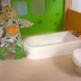 Másik anya?/Kislány? a fürdőben takarít