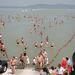 Résztvevők jönnek ki a vízből a balatonboglári Platán strandon a 30. Balaton-átúszáson, miután teljesítették az 5,2 kilométeres távot.