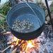És már fel is dobtuk a tűzre az első adag felkockázott szalonnát