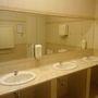A mosdó tiszta, egyszerű, elegáns.