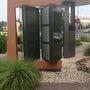 A modern, szinte minimalizmusba hajló építészeti stílus már kintről megragad.