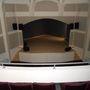 Színháztermet is építettek karzattal.