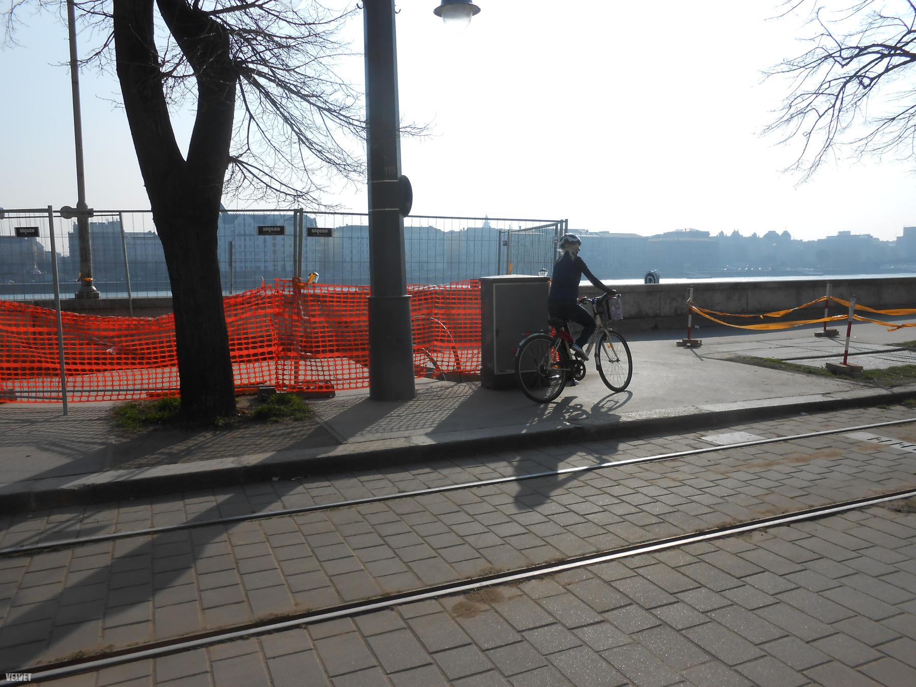 Végül a rakparti lehajtó környékén több, lámpával védett zebrán át jut vissza a biciklis a rakparti kerékpárútra, irány Óbuda!