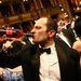 Üvegből issza a bort az úri közönség az Operabálon.Kapcsolódó cikkünk erre >>>