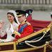 Az ifjú pár nyitott hintóval megy át a Buckinham palotába.