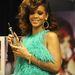 Rihanna egy díjjal a kezében konstatálja, hogy ilyenkor azért mosolyogni illik