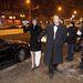 Szandi férjével, Bogdán Csabával érkezett, ruhája gipszként terül bal lábára