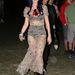 Katy Perry az átlátszó, nájlon hippiruhát Rihanna fellépőruhűit idéző fekete szettel próbálta kevésbé kurvássá tenni, sikertelenül. Sebaj, cserébe feldobta egy FEMEN-aktivista koszorújával