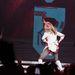 És még egy popkirálynő: Madonna, az aktuális turnéján. Cheerleader-öltözékben szellőzteti a fenekét