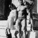 A fiatal Schwarzenegger két nővel pózol Münchenben még 1967-ben