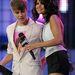 2011, Justin Bieber ellenőrzi, hogy csaja, Selena Gomez mellei rendben vannak-e. Ez már követhető példának tűnik, legalábbis az eddigieknél sokkal kevésbé feltűnő.