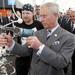 Károly herceg tufting-puskával készít szőttest