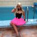 A rózsaszín kis szoknyát többször is magára húzta
