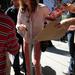 Los Angeles-i rendőrök megpróbálnak elválasztani egy csövest a kartontáblájától idén augusztusban. Nem, igazából nem. Ezen a képen is Steven Tyler van sima utcai szerelésben