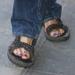 Nagyon szépek a lábkörmei is, ezért szívesen mutogatja őket szandálban