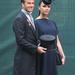 Victoria Beckham Vilmos herceg esküvőjén - sötétkékben, elegánsan. (Nem, a cilindert nem a hasa viseli.)