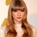 Vakító szőke tincseit sötétebb árnyalatúra cserélte, mellette pedig frufrut is vágatott magának. Úgy tűnik, ezennel lezárult Taylor Swift kislányos korszaka.