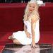 Végül pedig Christina Aguilera, aki itt a hasát takargatja,