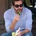míg Jake Gyllenhaal a szomorú Keanu Reeves-et utánozva nyomna az arcába egy brokkolidarabot.