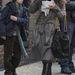 Natalie Portman annyira elfoglalt, hogy egy tányér levessel a kezében sétál.