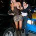 Paris Hilton egy ember mellett tűnik ezen a képen józannak, aki a belécsimpaszkodó nő. Ettől függetlenül vidáman hazavezette a Bentleyjét 2006-ban.