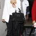 Kanye West és Kim Kardashian a Los Angeles-i reptérre érkeznek - itt is magassarkú van rajta.