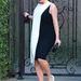 A monokróm ruha fehér része egy lap, Kardashian a Hotel Bel-Airhez igyekszik 2013. február 21-én.