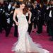 Kristen Stewart egy hosszú, csipkés fehér ruhát választott, amelynek alja egészen bizarr formákba rendeződött minden lépésnél.