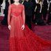 Sally Field áttetsző piros Valentino ruhája alá került egy(néhány) testszínű réteg, az összhatás mintha az izomcsoportokat szemléltetné a bőr alatt. Hillary Swank egyébként szinte ugyanebben jelent meg.