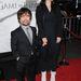 Peter Dinklage a feleségével, Erica Schmidttel. Dinklage Tyrion Lannister szerepét játssza, de nem a jócsajsága miatt került galériánkba, hanem mert stábtag, és menő.
