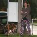 Fogadjunk, hogy egy ilyen kutyasétáltatós öltözködésű nőt máshol is talált volna Ryan Gosling