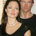 Nem tudunk dönteni, melyikük a bizarrabb (Jolie, vagy a háttérben Brad Pitt) a New York-i kiadásban.