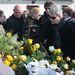 Bochkor Gáborék is virágot tettek a sírra.