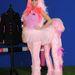 És a legfrissebb, néhány nappal ezelőttről. Price pink kentaurnak öltözve ünnepelte lovaglóruha márkájának (KP Equestrian) ötödik évfordulóját Londonban