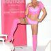 Két hónappal később pink fehérneműben, harisnyában, cipőben fotózkodott, mert a reklám nem állhat meg.