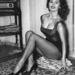Itt már inkább tűnik annyinak. Sophia Loren csak úgy üldögél a földön, fekete dresszben, magassarkúban.