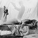 1956, És Isten megteremté a nőt. Ezt a filmet forgatja éppen, az eddigieknél is szellősebb kosztümben. (A háttérben látható árnyékember talán tengeriuborkát vizsgál.)