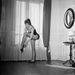 Egy évvel később párizsi otthonában örökítették meg, ahogy táncol. Nyilván rendkívül spontán kép, de ez mindegy is.